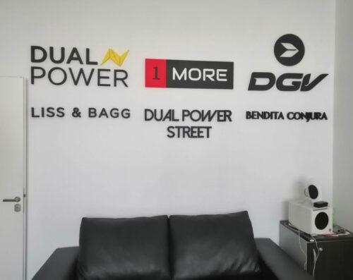 Logos corpóreos de marcas sobre pared