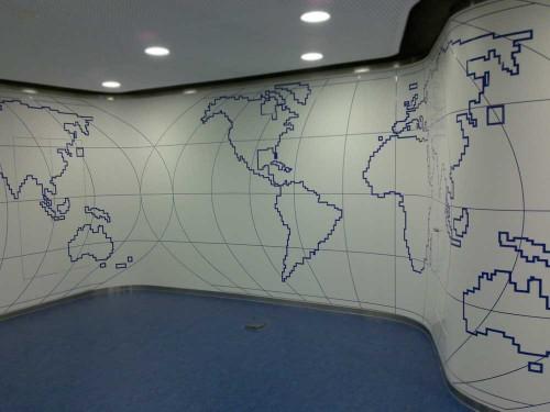 Instalación de mapa en vinilo de corte en pared