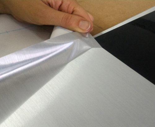 <p>Vinilo efecto aluminio cepillado sobre placas de alto impacto</p>